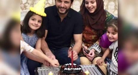 Shahid Afridi Celebrating Daughter Birthday